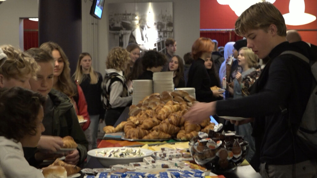 Roze Ontbijt voor leerlingen Ichthus Lyceum in Stadsschouwburg