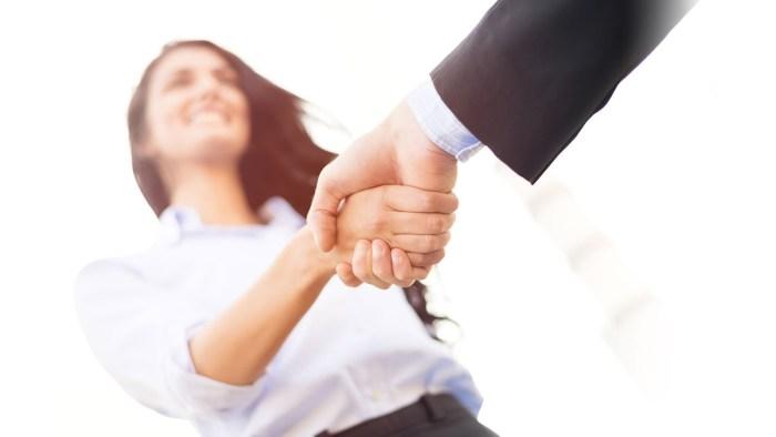 Tampak profesional dan menghormati orang lain -  Memperkenalkan perusahaan/bidang keahlian -tiarabrianna.blogspot.com