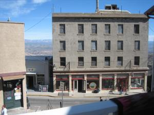 This photo shows a building in the Jerome shopping area. I believe that's the Jerome Artists Cooperative Gallery at street level. The windows on all the upper levels appear to be boarded up.