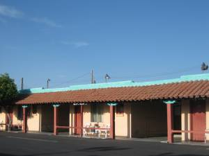 I think this photo shows the Kiva Lodge, but I'm not positive. In any case, it's another example a motel with covered parking next to the rooms. I also like the turquoise accents and the red Spanish tile on the awning.