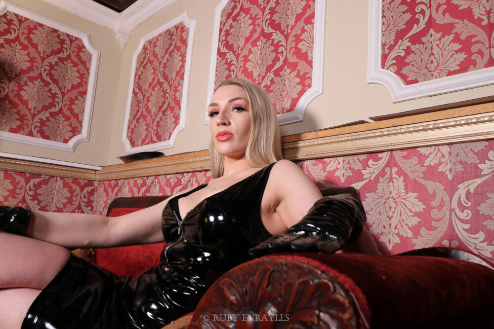 Seattle Dominatrix Ruby Enraylls the Ultimate Femdom rules the world from her beautiful seattle dungeon, no slave can resist a tempting seattle mistress like Ruby Enraylls