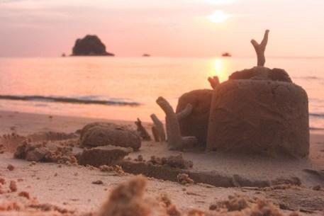 Sandslott och solnedgång