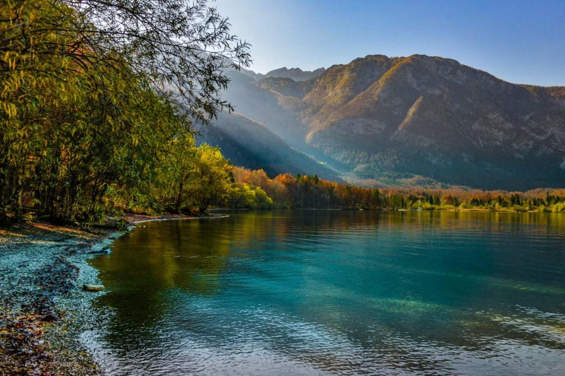 God rays vid Lake Bohinj - Slovenien