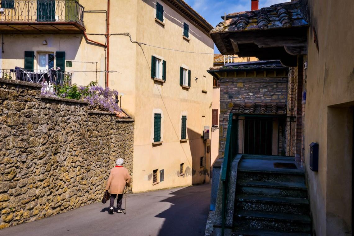 Kvinna på gata i Volterra
