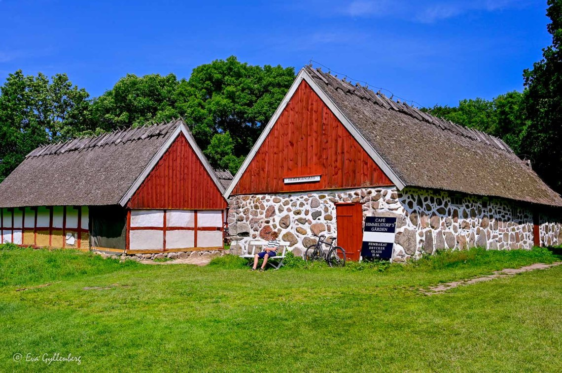 Himmelstorpsgården with thatched roof and red-painted sides