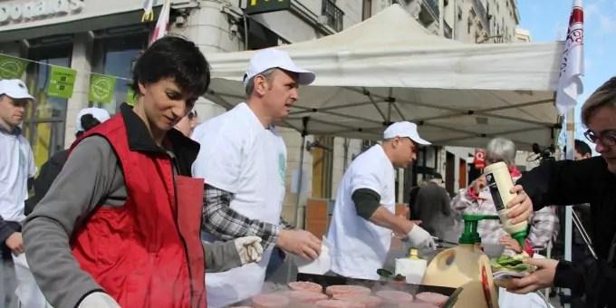 Des producteurs de viande font griller des steaks locaux devant le Mac Do Bellecour