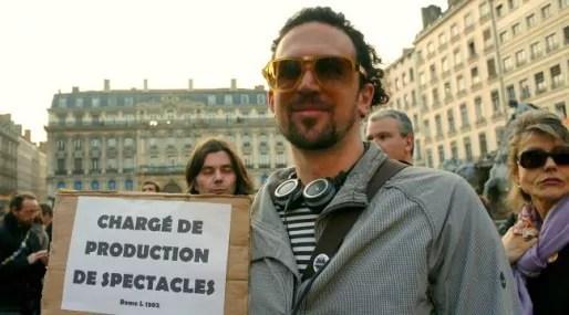 De nombreux manifestants brandissaient leurs métiers sur de petites pancartes, comme ici Sylvain, chargé de production de spectacle. Crédits : Camille ROMANO/Rue89Lyon