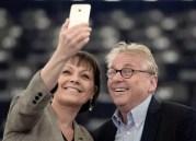 Syvlie Guillaume, eurodéputée PS de la région sud est, fait un selfie avec Daniel Cohn-Bendit.