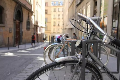 Rue St Polycarpe, l'une des 35 rues du GRand Lyon où le double-sens cyclable est permis. Crédit Photo: Pierre Maier/Rue89Lyon