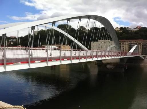 Le pont Schuman qui enjambe la Saône entre les 4è et 9è arrondissements de Lyon, doit être praticable par les automobilistes à partir d'octobre 2014.