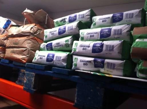 Sacs de couscous bio dans la nouvelle cuisine centrale qui livre 25 000 repas par jour dans les cantines scolaires de Lyon. Crédit : Rue89Lyon.
