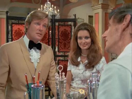 """Roger Moore donne la recette du Créole Crème dans le premier épisode d'""""Amicalement vôtre"""" écrit par Clemens."""