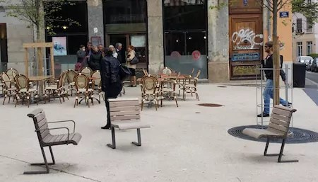 Des sièges individuels, place des tapis, sur le plateau de la Croix-Rousse (Lyon 4ème). ©Rue89Lyon