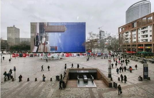 Devant la gare Part-Dieu, une photographie géante de Philippe Ramette