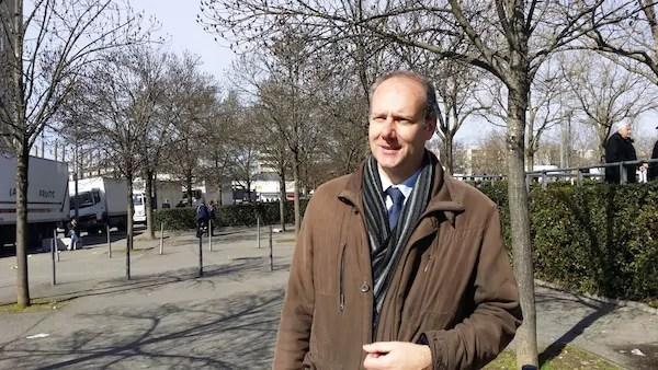 Le tête de liste de l'union de la droite à Vénissieux, Christophe Girard photographié devant le marché des Minguettes. ©LB/Rue89Lyon
