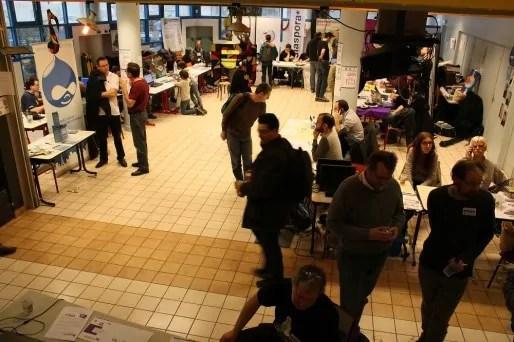 """Le """"village associatif"""" aux Journées du logiciel libre, à Lyon, ces 28 et 29 mars. Crédit : E. Thiébaud."""