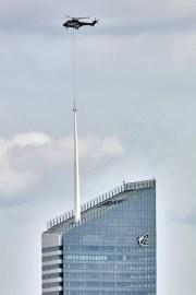 Pose du 4eme tronçon de 12m du mât de la Tour Incity. ©Bouygues