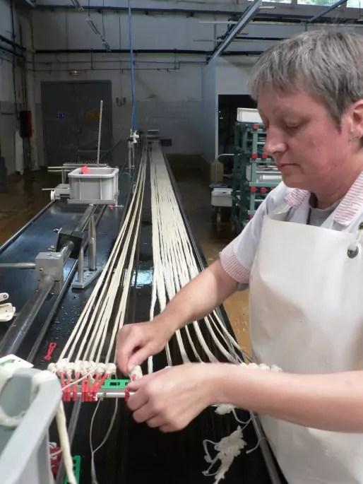 """Etape de """"l'attachage"""". Les lanières de boyaux sont regroupées par 7 et attachées à leurs deux extrémités pour commencer à former une corde / DR"""