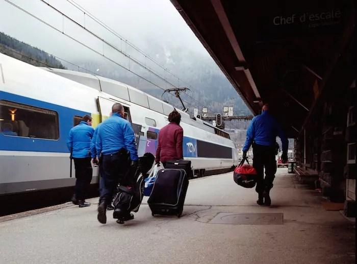 Après avoir été interpellé dans le Milan-Paris, un migrant est conduit par 4 policiers dans les locaux de la PAF en gare de Modane (avril 2015) ©Benjamin Vanderlick