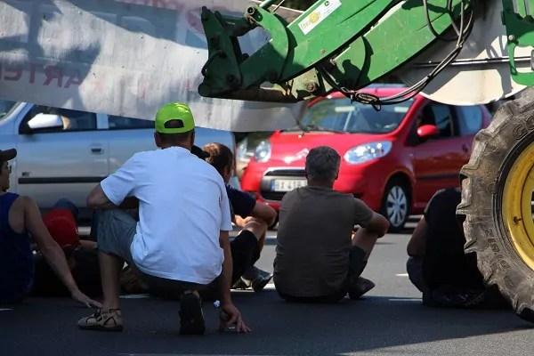 Sous près de 30 degrés dés la fin de matinée, les exploitants se sont réfugiés à l'ombre de leurs véhicules © LM/Rue89Lyon