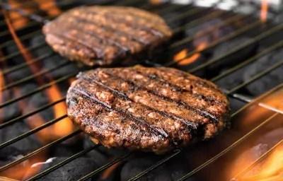 Des Beast Burgers sur le grill (Beyond Meat).