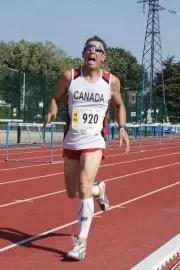 Un athlète dans la souffrance sur la fin du 800 m H60