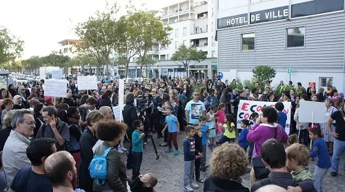 350 personnes se sont rassemblées pour exprimer leur colère.