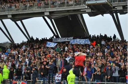 """Photo de la banderole """"refugees not welcome"""" publiée le 12 septembre sur le site fdesouche."""
