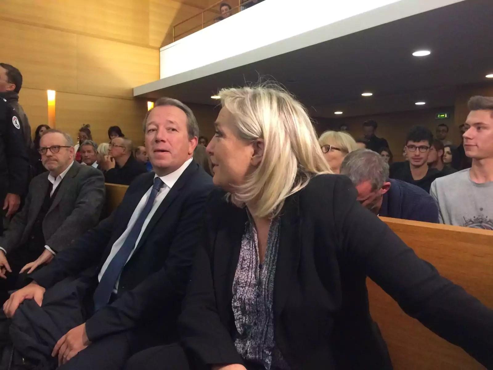 Marine Le Pen sur le banc des accusés au tribunal correctionnel de Lyon. A sa droite, Christophe Boudot, chef de file du FN pour les élections régionales en Auvergne-Rhône-Alpes. ©DR