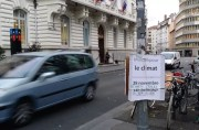 Affiche de la Marche pour le climat devant la mairie du 7ème arrondissement de Lyon. ©LB/Rue89Lyon