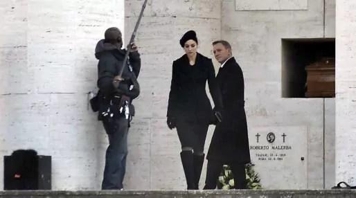 007 rencontre Lucia (Bellucci) dans un cimetière à Rome.