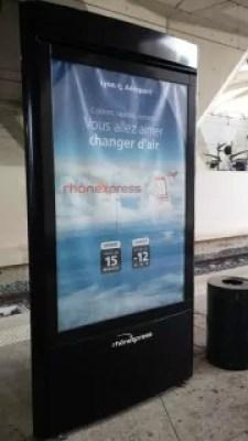 """""""Vous allez aimer changer d'air"""". A 15 euros le trajet en Rhônexpress certains ont pris son slogan au pied de la lettre © BE/Rue89Lyon"""