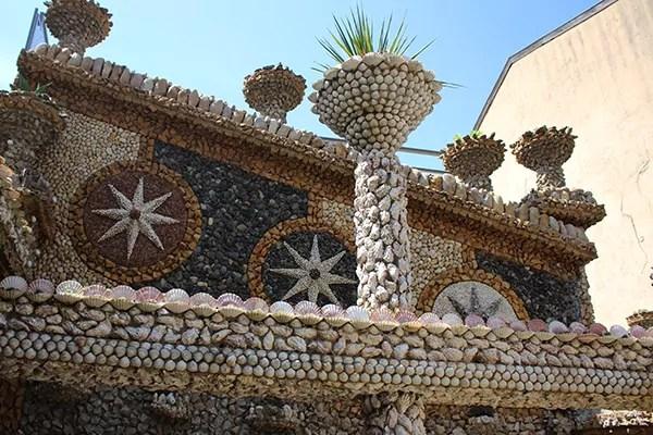Le jardin Rosa Mir est non seulement abondamment fleuri mais aussi composé de milliers de coquillages et de pierres. © Ville de Lyon
