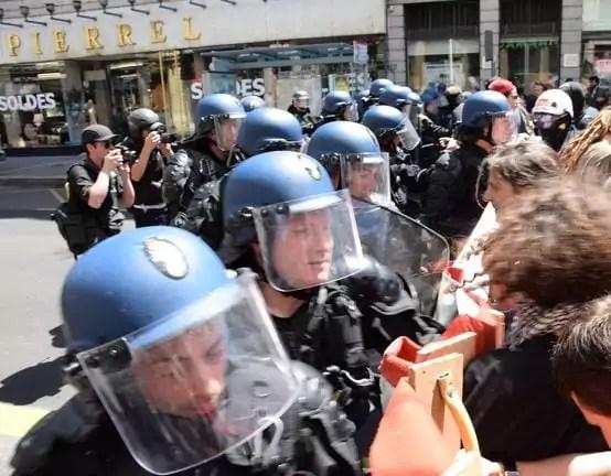 Boucliers contre banderole, les policiers ont repoussés les manifestants dans une mêlée.