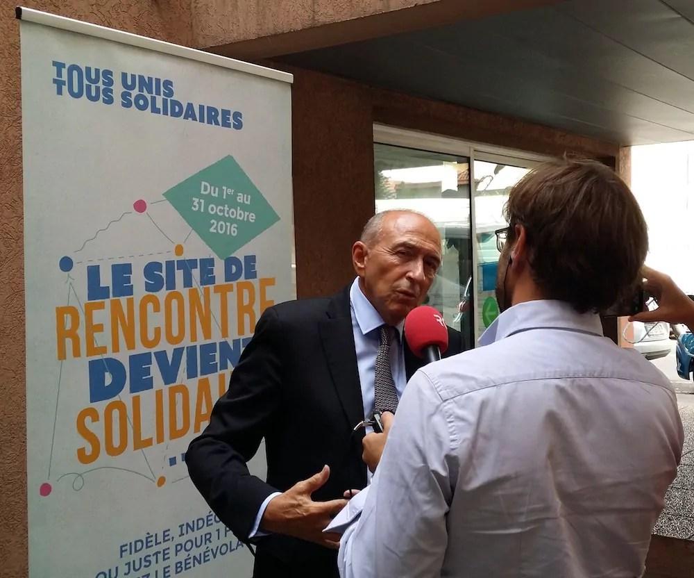 """Gérard Collomb répondant aux questions de RCF au sujet du dispositif """"Tous unis, tous solidaires"""". ©LB/Rue89Lyon"""