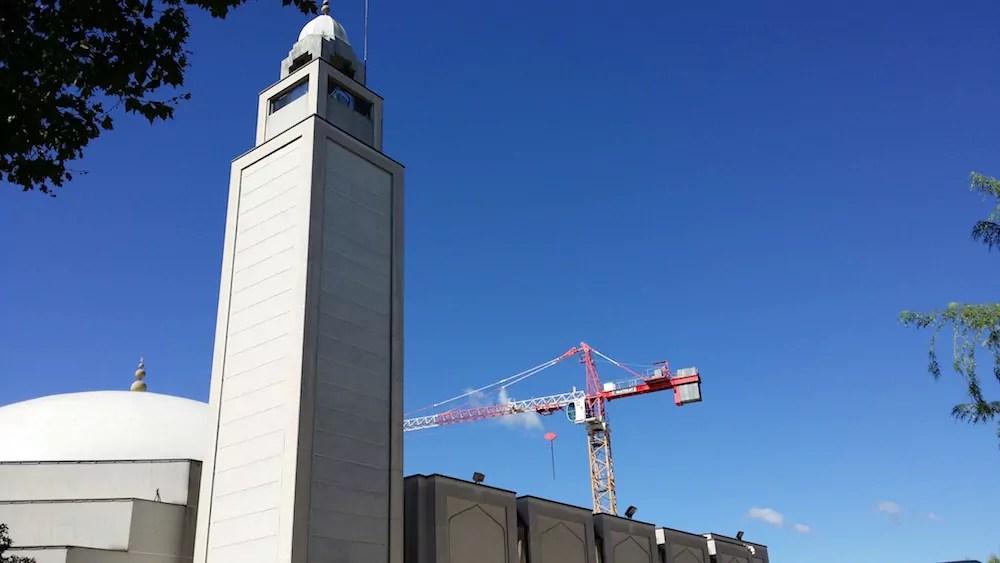 La Grande Mosquée de Lyon et, en arrière-plan, la grue du chantier de l'IFCM. ©LB/Rue89Lyon