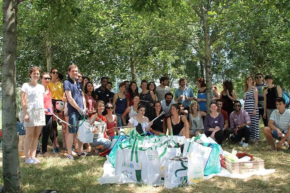 Des bénévoles de We Waste, lors d'une collecte.