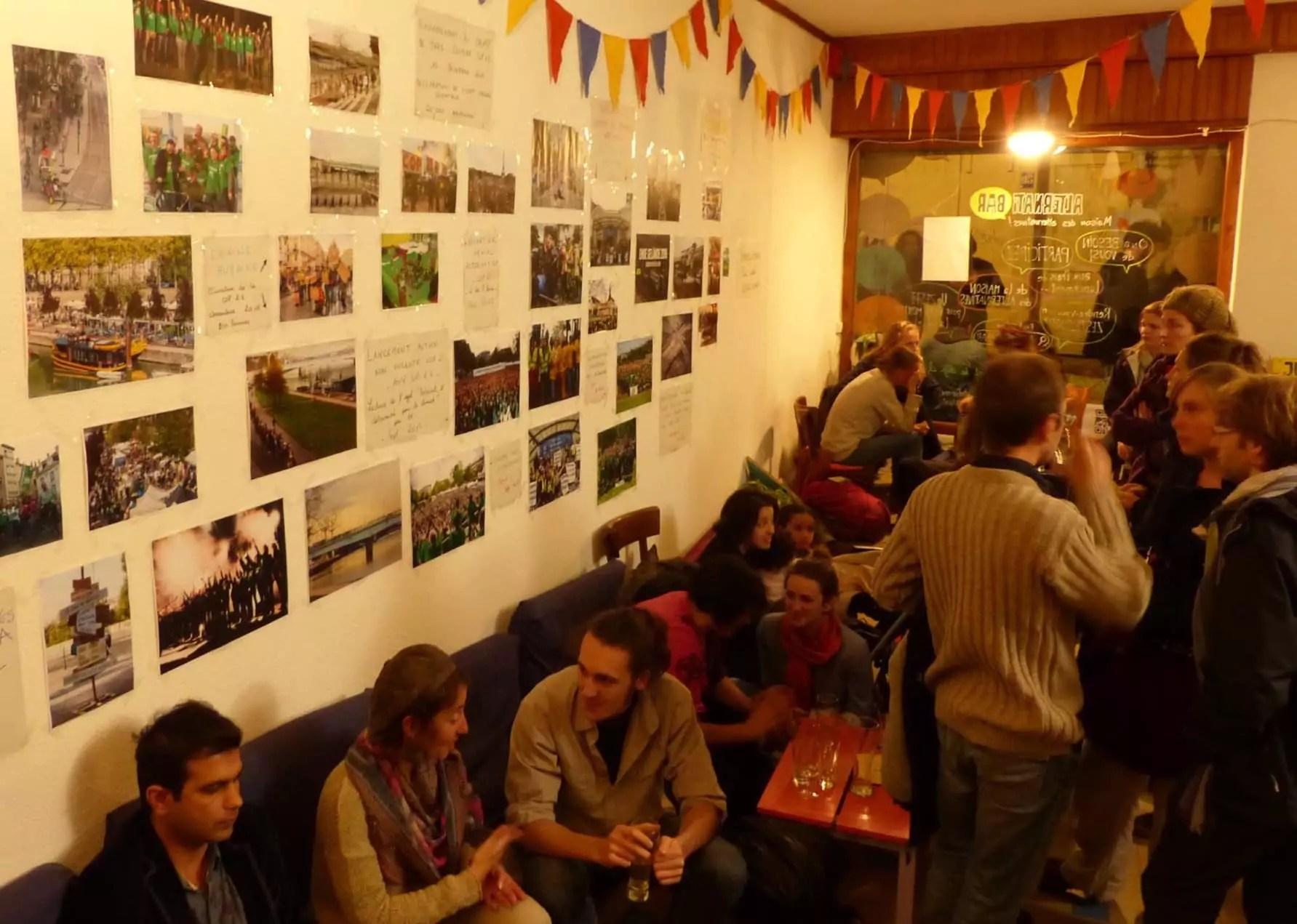 """A l'intérieur du bar, l'histoire du mouvement """"Alternatiba"""" est racontée à travers des photos accrochées aux murs."""