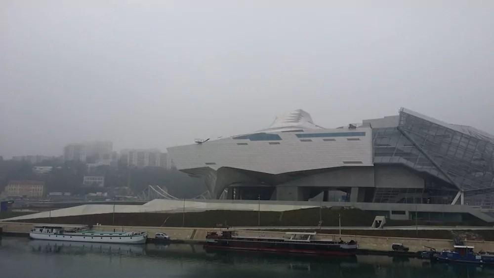Le Musée des Confluences dans la brume, mercredi 7 décembre. ©LB/Rue89Lyon