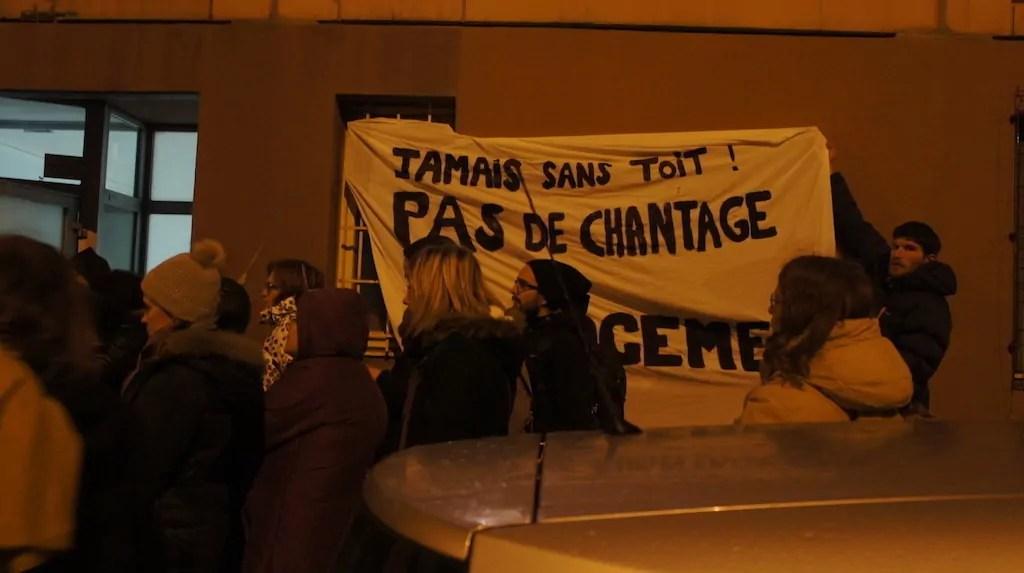 """Un rassemblement le 4 janvier d'une quarantaine de personnes à l'appel du collectif Jamais sans toit, devant le foyer d'hébergement de l'OFII qui sert de """"centre de préparation au retour"""", à Lyon. ©CGD/Rue89Lyon"""