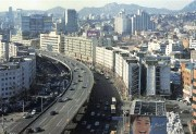"""A Seoul, l'axe de la Cheonggyecheon au début des années 2000 : une voie rapide et un boulevard à 10 files de circulation. Capture d'écran du livre de Paul Lecroart, """"La ville après l'autoroute : études de cas""""."""