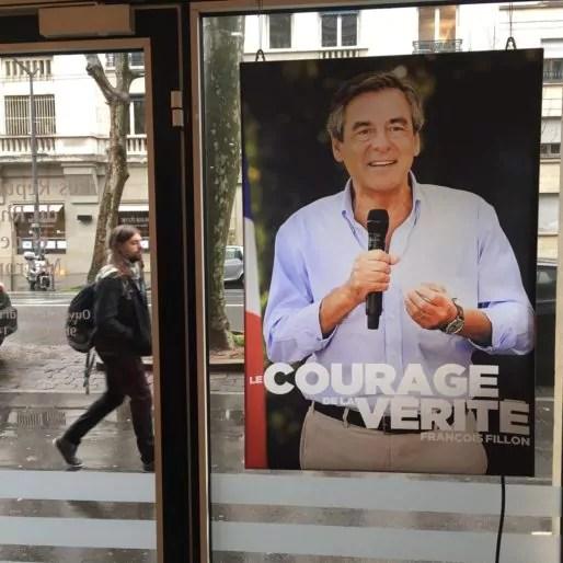 """L'affiche du candidat François Fillon collé à la porte de la fédé LR du Rhône, éditée avant le """"Fillongate"""". ©DD/Rue89Lyon"""
