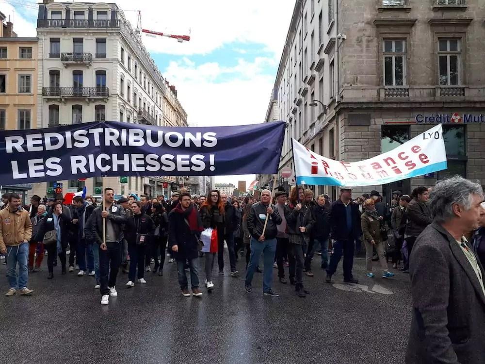 Plusieurs centaines d'adhérents de la France insoumise ont participé au cortège du 1er mai, pendant l'entre deux tours à Lyon. ©LB/Rue89Lyon