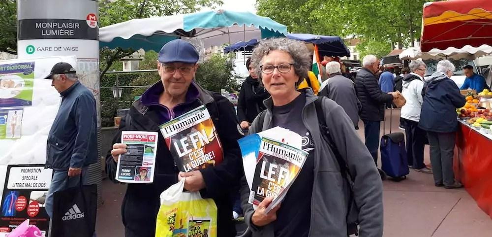 Deux militants communistes qui tractent pour un vote Emmanuel Macron au second tour. ©LB/Rue89Lyon