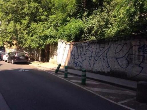 Rue du professeur Sisley, vue des hauts-murs de la villa Monoyer
