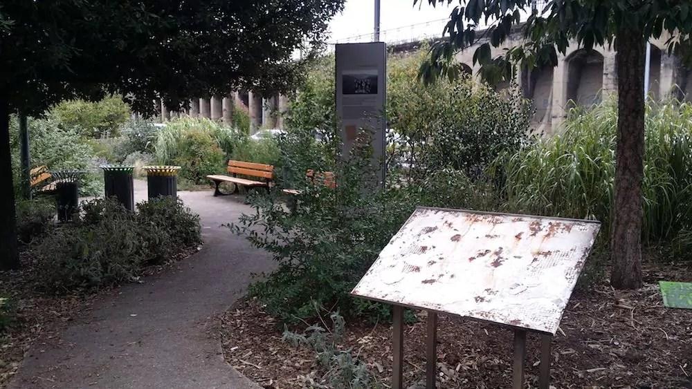 La stèle vandalisée des Enfants d'Izieu. Photo prise le 30 août 2017. ©LB/Rue89Lyon