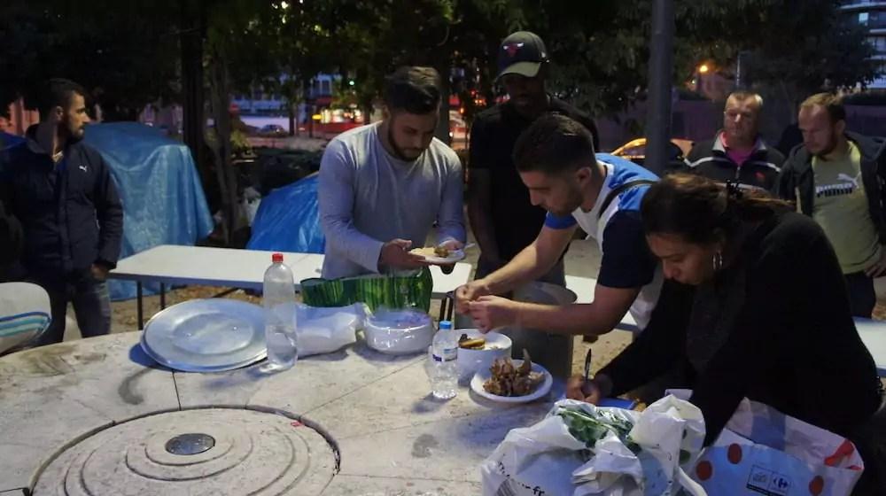 """Distribution de nourriture le 7 septembre sur l'esplanade Mandela dans le 3ème arrondissement de Lyon par deux associations """"Réunion de famille"""" et """"Le Coeur lyonnais"""". ©LB/Rue89Lyon"""