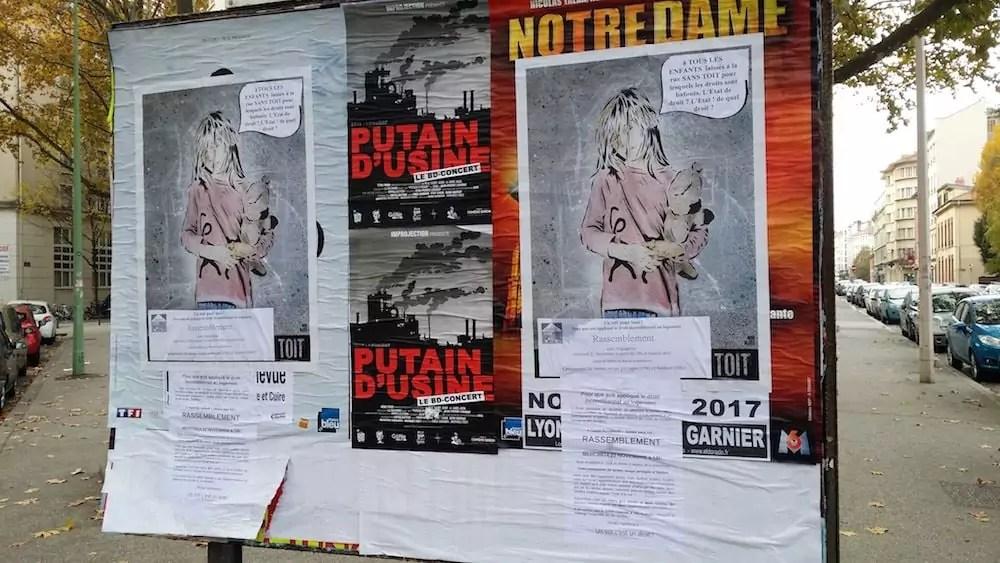 """Le collectif """"Jamais sans toit"""" annonce avoir collé 400 affiches dans Lyon comme autant d'enfants SDF. ©LB/Rue89Lyon"""