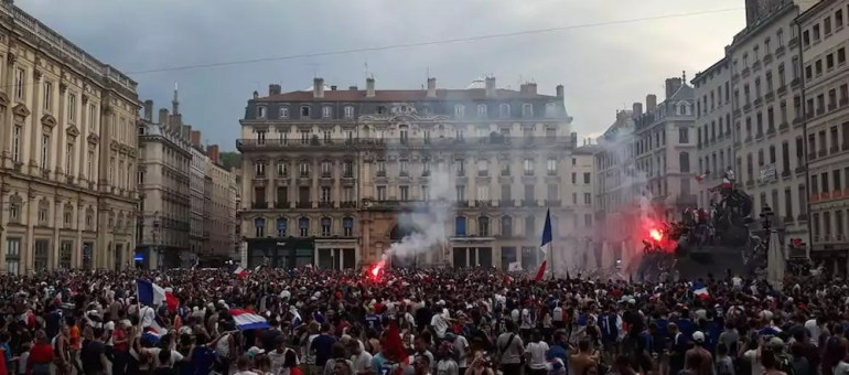 La France championne du monde de foot : scènes de liesse et d'émeute à Lyon
