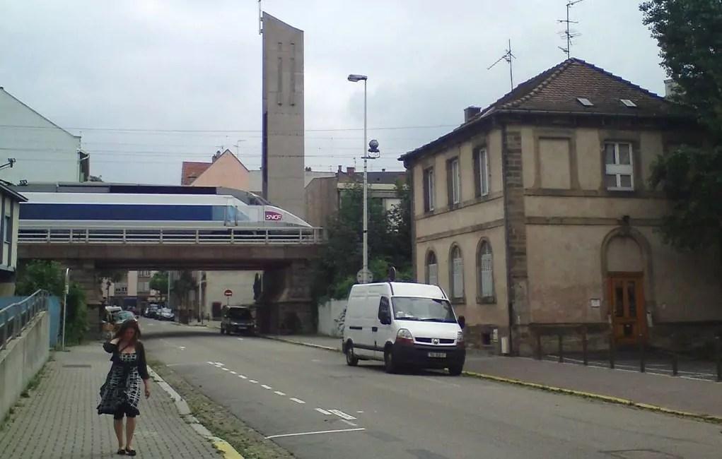 Le TGV qui passe au dessus de la rue du Hohwald... (photo Myriam Niss)